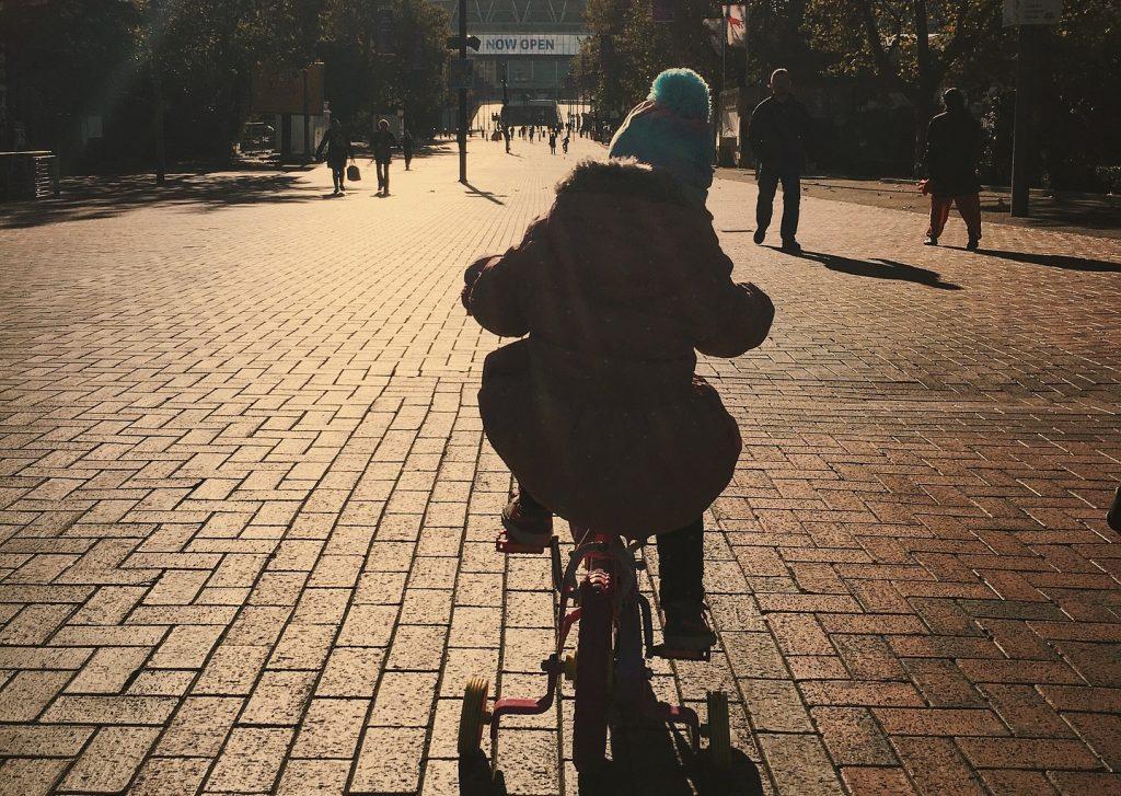 Niño en bicicleta con ruedecitas